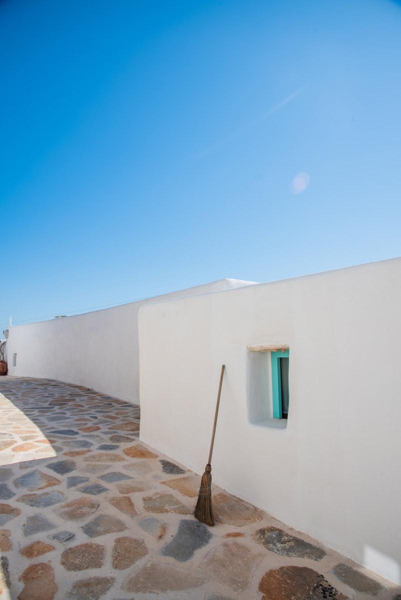 διαδρομος-και-πισω-πλευρα-το-καμαρακι-της-πλυτος-δωμάτια δονουσα- δημητράκης guesthouse- donousa